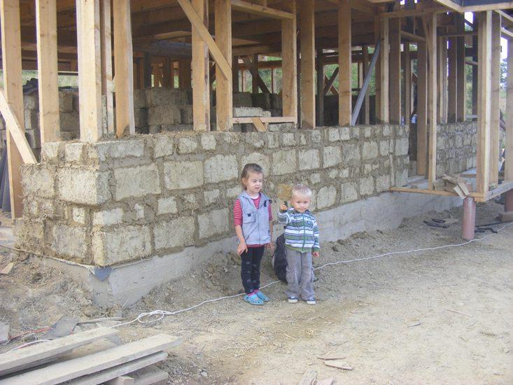 dom z gliny, chata w bieszczadach baligród